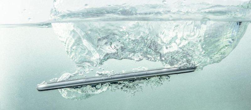 iPhone tombé dans l'eau que faire : quels sont les gestes qui sauvent ?